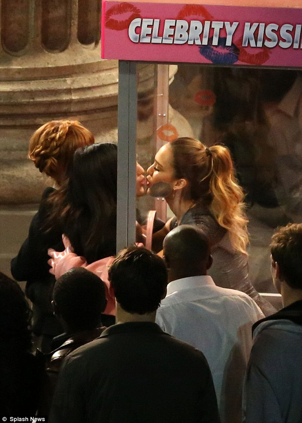 Fan lũ lượt xếp hàng chờ hôn người đẹp Jessica Alba 3
