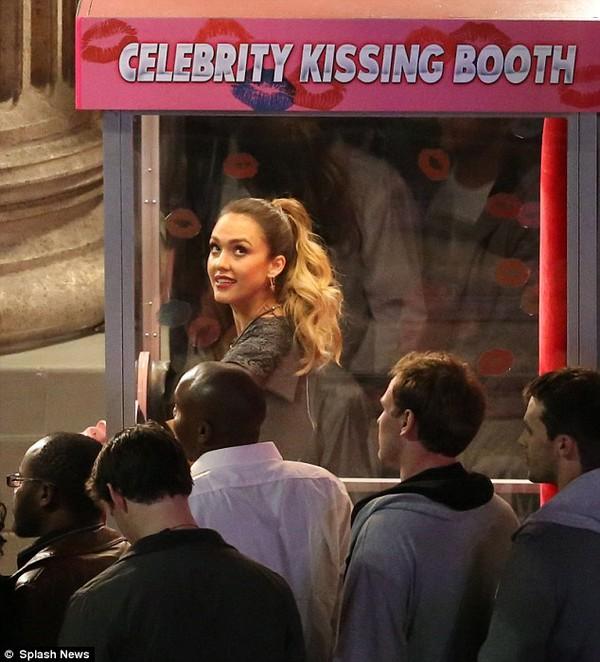 Fan lũ lượt xếp hàng chờ hôn người đẹp Jessica Alba 8