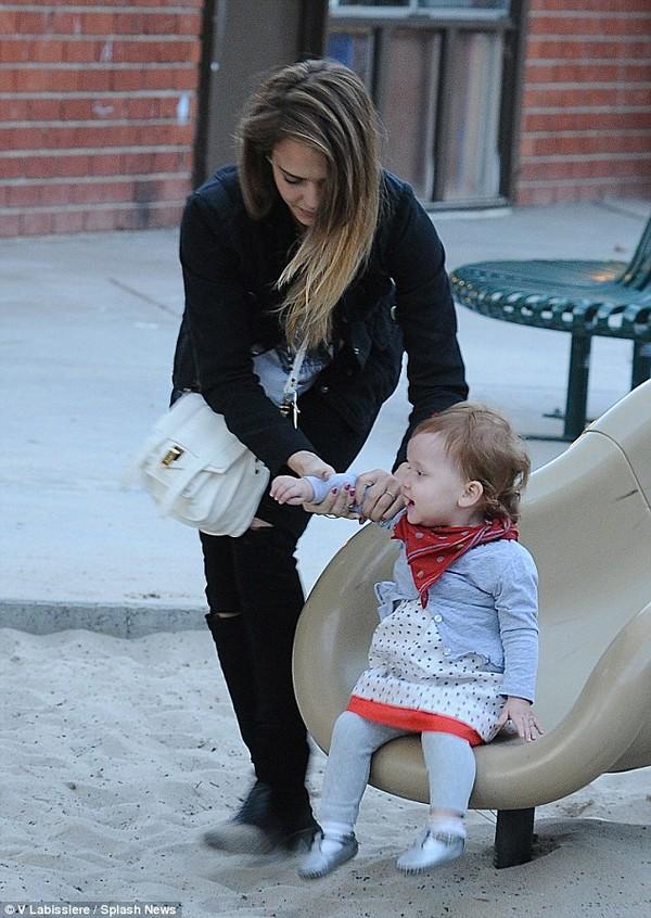 Jessica Alba khoe mặt mộc dắt con đi chơi công viên 1