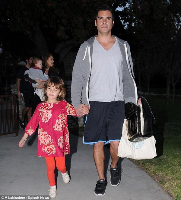 Jessica Alba khoe mặt mộc dắt con đi chơi công viên 10