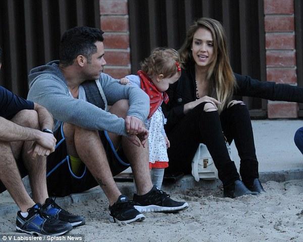 Jessica Alba khoe mặt mộc dắt con đi chơi công viên 2