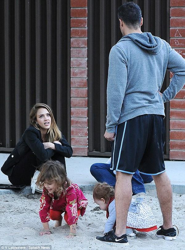 Jessica Alba khoe mặt mộc dắt con đi chơi công viên 5