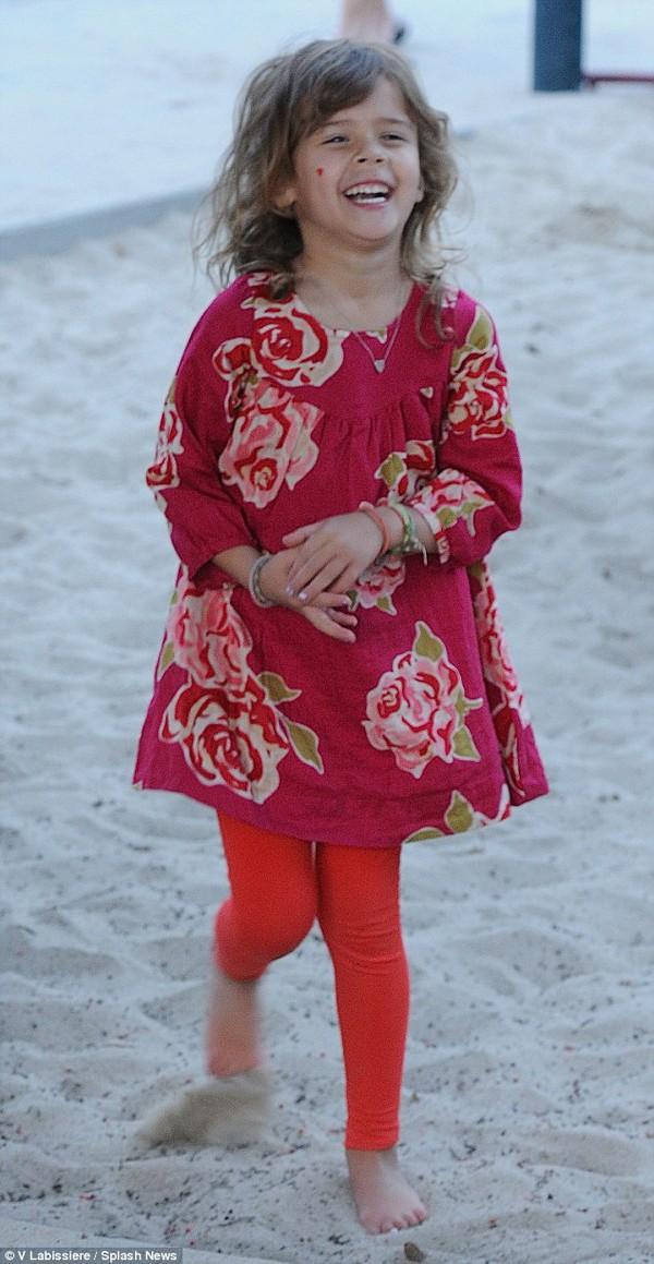 Jessica Alba khoe mặt mộc dắt con đi chơi công viên 6