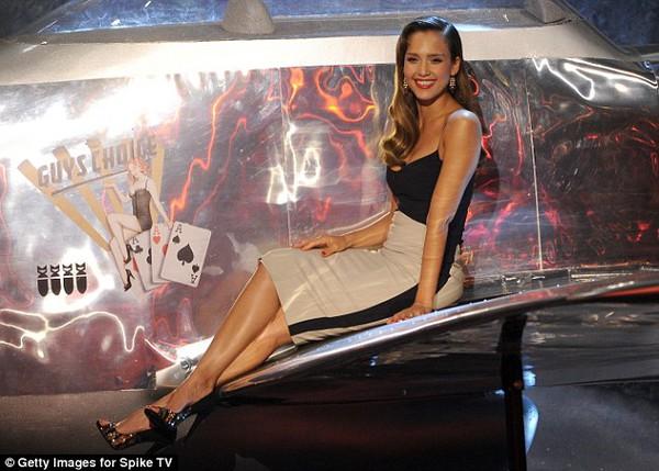Jennifer Aniston bị nghi cố tình giấu bụng bầu 8