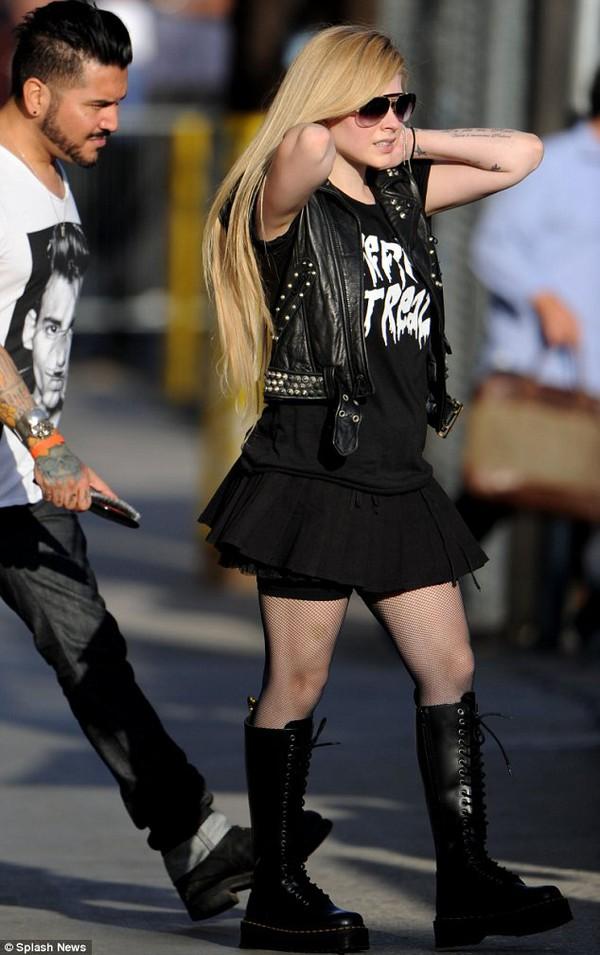 Avril Lavigne lộ bụng to, bị nghi mang thai 4