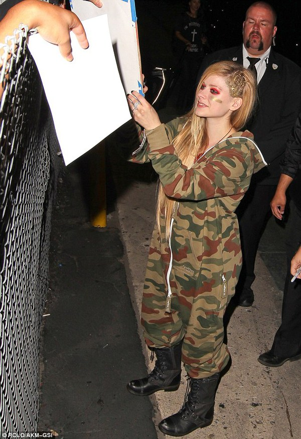 Avril Lavigne lộ bụng to, bị nghi mang thai 6