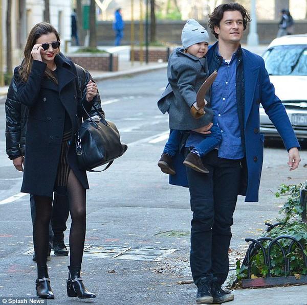 Miranda và Orlando hạnh phúc đưa Flynn đi xem kịch 1