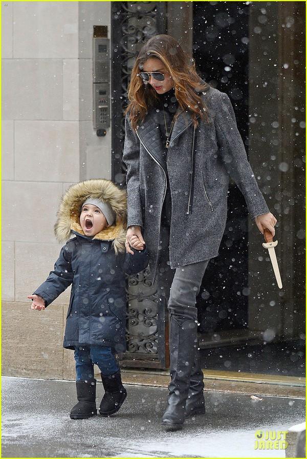 Bé Flynn Bloom biểu cảm cực dễ thương khi thấy tuyết 4