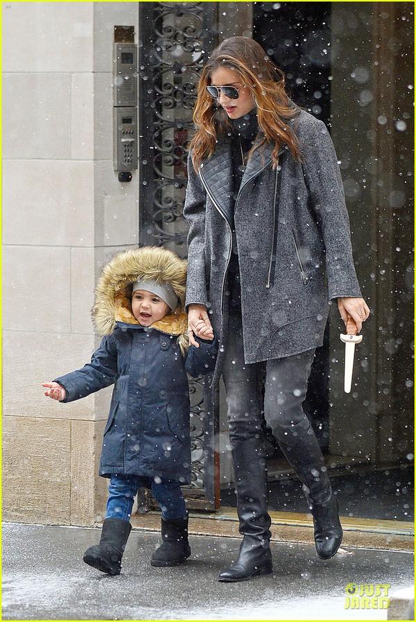 Bé Flynn Bloom biểu cảm cực dễ thương khi thấy tuyết 3