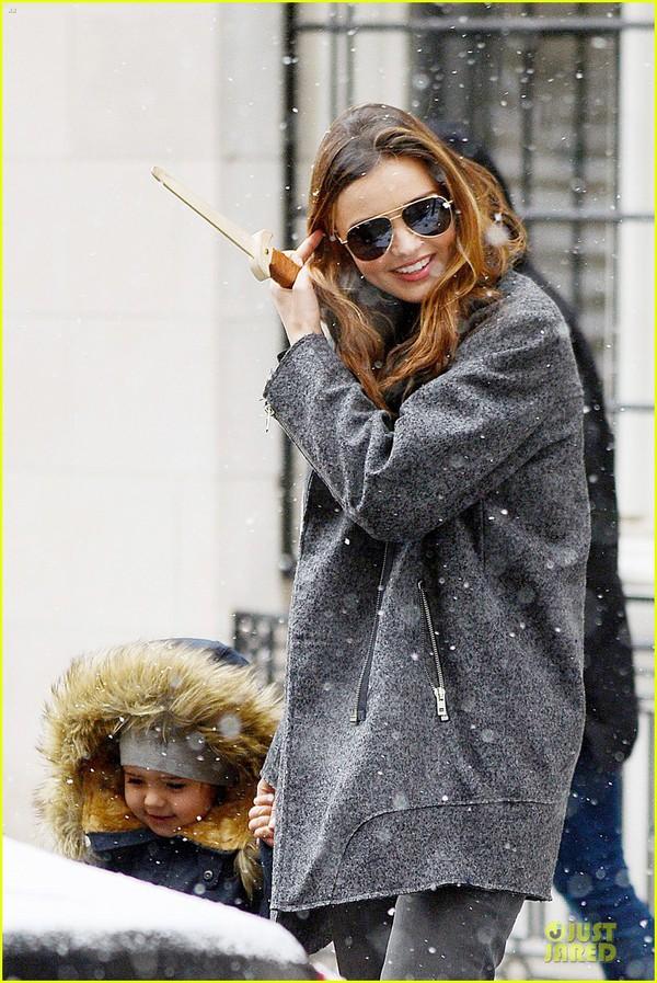 Bé Flynn Bloom biểu cảm cực dễ thương khi thấy tuyết 7