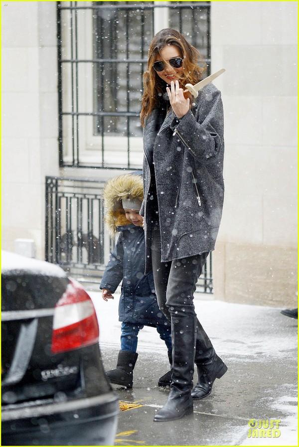Bé Flynn Bloom biểu cảm cực dễ thương khi thấy tuyết 8