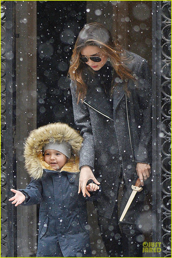 Bé Flynn Bloom biểu cảm cực dễ thương khi thấy tuyết 1