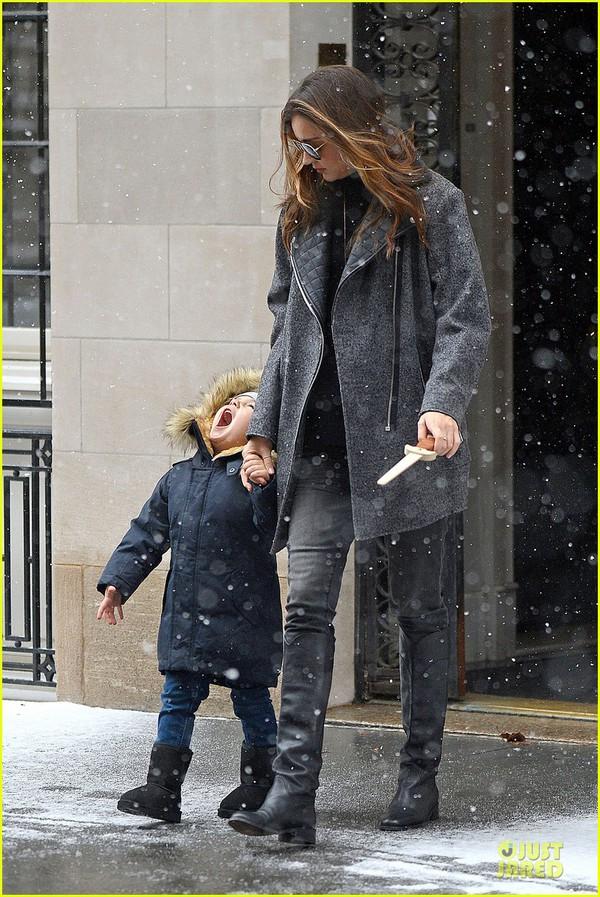 Bé Flynn Bloom biểu cảm cực dễ thương khi thấy tuyết 5