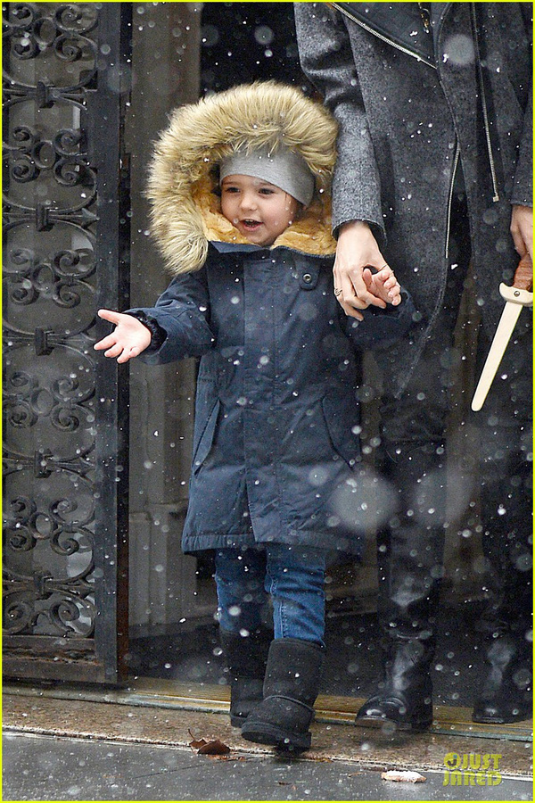 Bé Flynn Bloom biểu cảm cực dễ thương khi thấy tuyết 2