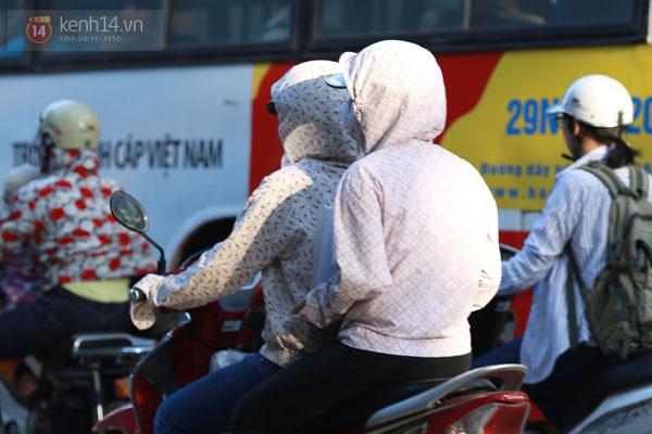 """Người Hà Nội """"kín mít"""" trong ngày nắng nóng đầu tiên 9"""