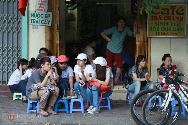"""Người Hà Nội """"kín mít"""" trong ngày nắng nóng đầu tiên 15"""