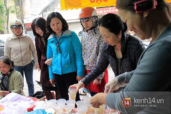 Người Hà Nội xếp hàng mua bánh trôi bánh chay trong cái rét nàng Bân 15