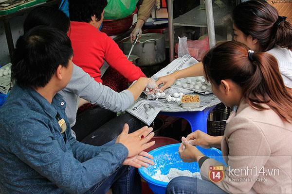 Người Hà Nội xếp hàng mua bánh trôi bánh chay trong cái rét nàng Bân 18