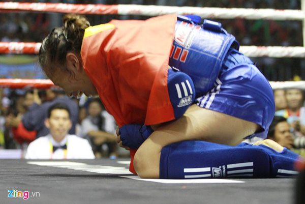 Đương kim vô địch thế giới Muay Thái khóc hận vì thua... trọng tài Sea Games 3
