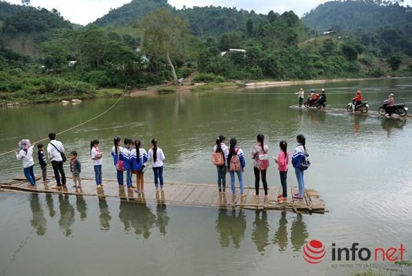 Bám dây vượt suối Thia, 200 học sinh đối diện với hà bá để tới trường 1