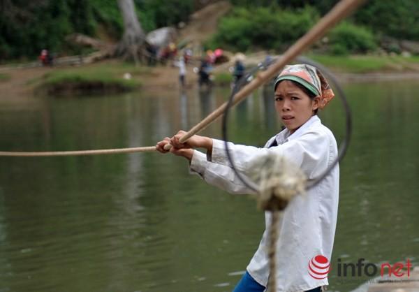 Bám dây vượt suối Thia, 200 học sinh đối diện với hà bá để tới trường 11