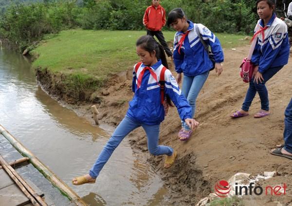 Bám dây vượt suối Thia, 200 học sinh đối diện với hà bá để tới trường 5
