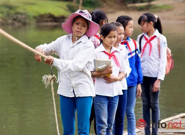 Bám dây vượt suối Thia, 200 học sinh đối diện với hà bá để tới trường 6