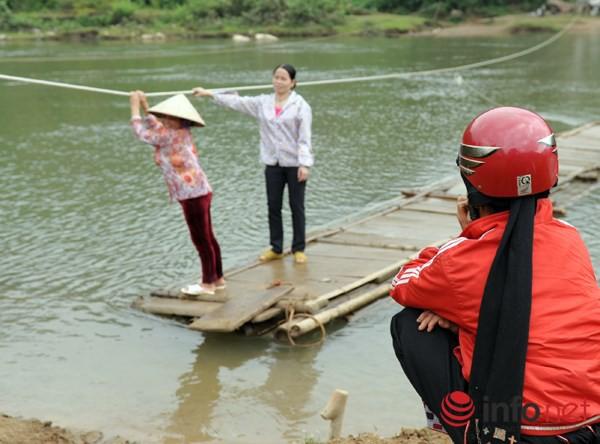 Bám dây vượt suối Thia, 200 học sinh đối diện với hà bá để tới trường 7
