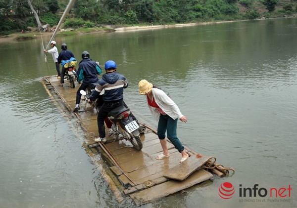 Bám dây vượt suối Thia, 200 học sinh đối diện với hà bá để tới trường 9
