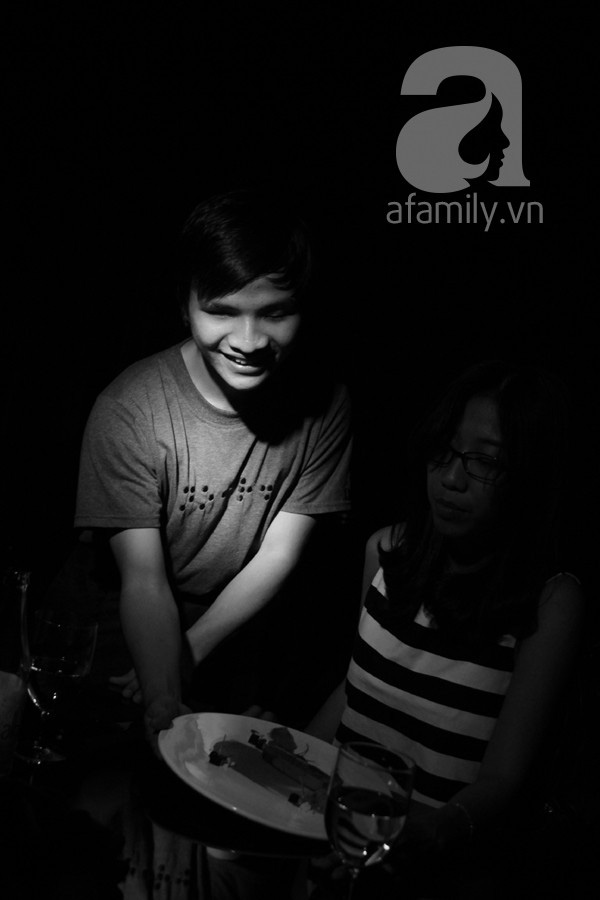 Nhà hàng bóng tối do người khiếm thị phục vụ lần đầu tiên xuất hiện ở Việt Nam 16