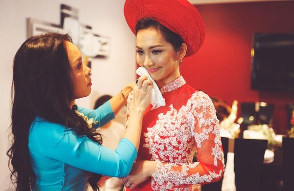 """Vẻ đẹp """"hút hồn"""" đậm chất Việt của sao với áo dài màu đỏ truyền thống 8"""
