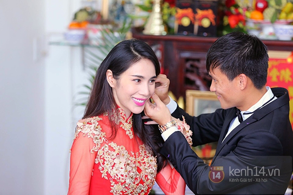 """Vẻ đẹp """"hút hồn"""" đậm chất Việt của sao với áo dài màu đỏ truyền thống 1"""