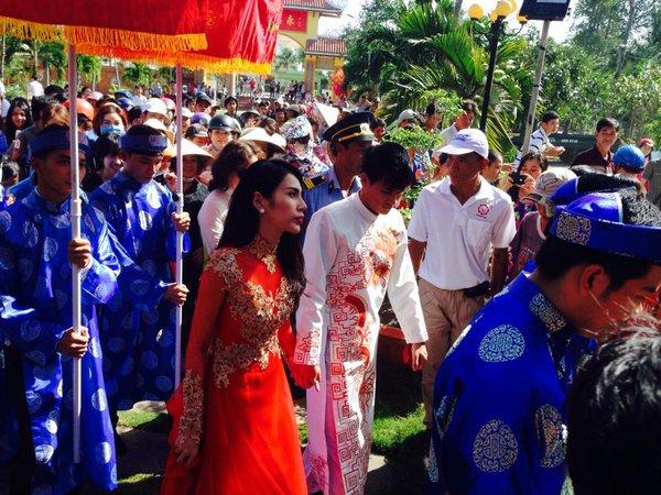 """Vẻ đẹp """"hút hồn"""" đậm chất Việt của sao với áo dài màu đỏ truyền thống 2"""