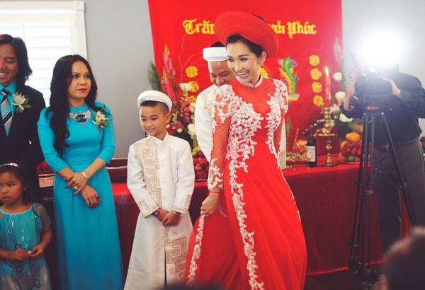 """Vẻ đẹp """"hút hồn"""" đậm chất Việt của sao với áo dài màu đỏ truyền thống 10"""