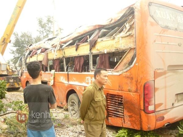 Lật xe khách về quê ăn tết, nhiều người bị thương 1