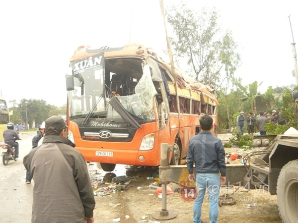 Lật xe khách về quê ăn tết, nhiều người bị thương 2
