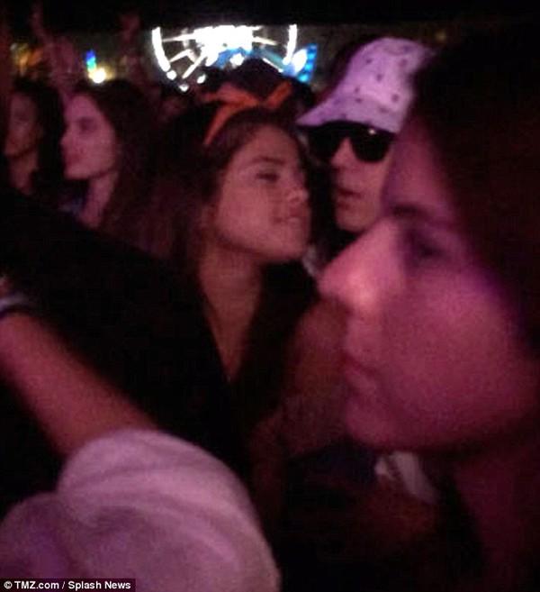 Justin và Selena tình tứ bên nhau giữa chốn đông người 1