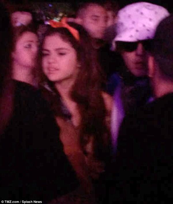 Justin và Selena tình tứ bên nhau giữa chốn đông người 2