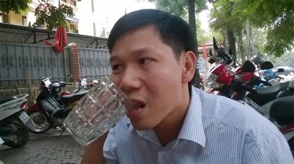 Lạ nhất tuần qua: Người đàn ông ở Thanh Hóa nghiện ăn thủy tinh 1