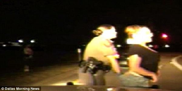 Sốc: Cảnh sát giao thông kiểm tra phần kín của người đi đường 1