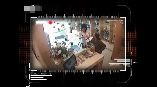 Việt Nam: Clip 2 cụ bà nhanh tay ăn trộm đồ 4