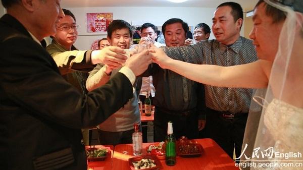2 cụ ông Trung Quốc đã tổ chức đám cưới 4