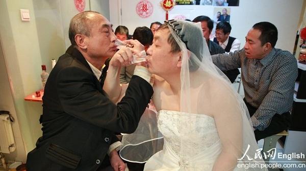 2 cụ ông Trung Quốc đã tổ chức đám cưới 6