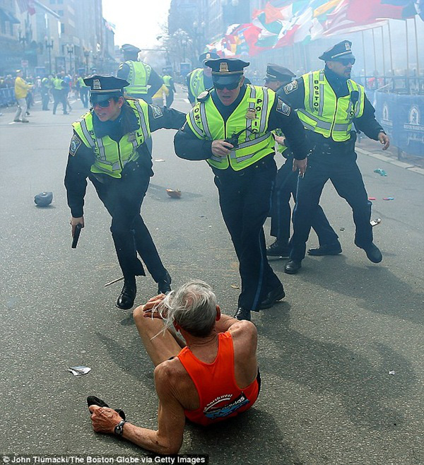 Mặc bom nổ, cụ ông 78 tuổi vẫn cố hoàn thành đường đua tại Boston 2