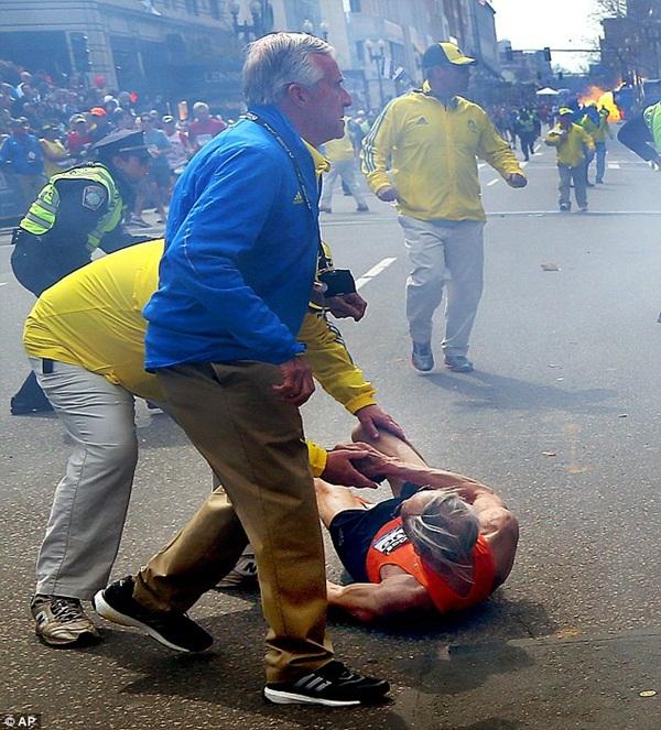 Mặc bom nổ, cụ ông 78 tuổi vẫn cố hoàn thành đường đua tại Boston 3
