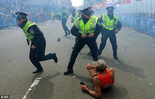 Mặc bom nổ, cụ ông 78 tuổi vẫn cố hoàn thành đường đua tại Boston 1