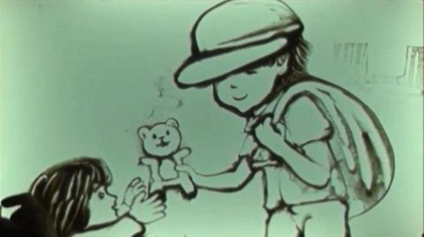 Rơi nước mắt vì clip vẽ tranh cát 2 em bé mồ côi 3