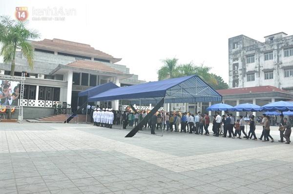 Hết giờ Lễ viếng Quốc tang, nhiều người dân vẫn xếp hàng vào viếng Đại tướng 86