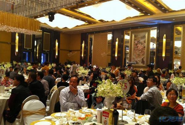 Đại gia tặng iPhone 5s cho quan khách đến dự đám cưới 9