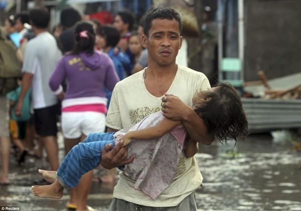 Nhìn lại những hình ảnh không thể nào quên trong siêu bão Haiyan 19